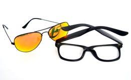 Verres de Sun contre des verres d'oeil image stock