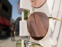 Verres de Sun sur le compteur deux paires de lunettes de soleil dans diff?rentes couleurs images stock