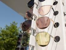 Verres de Sun sur le compteur trois paires de lunettes de soleil dans diff?rentes couleurs images stock