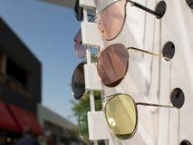Verres de Sun sur le compteur trois paires de lunettes de soleil dans diff?rentes couleurs photos libres de droits