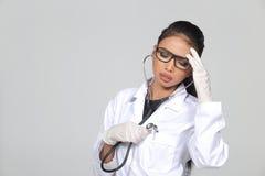 Verres de Tan Skin Woman Doctor d'Asiatique dans le costume blanc de chemise avec la chambre Images stock