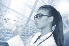 Verres de Tan Skin Woman Doctor d'Asiatique dans le costume blanc de chemise avec la chambre Image libre de droits