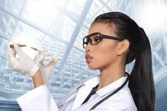 Verres de Tan Skin Woman Doctor d'Asiatique dans le costume blanc de chemise avec la chambre Photo stock
