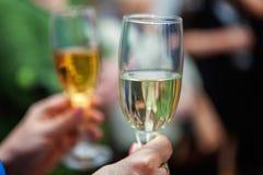 Verres de tintement de mains avec le champagne Photographie stock libre de droits