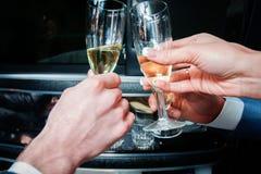Verres de tintement de mains avec le champagne Photo libre de droits