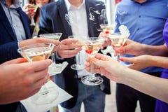Verres de tintement de mains avec le champagne Image stock