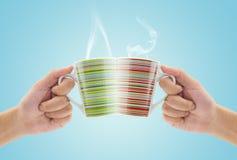 Verres de tintement par tasse de café Photo stock