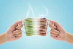 Verres de tintement par tasse de café Photo stock