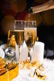 Verres de versement de champagne de fête Photo stock