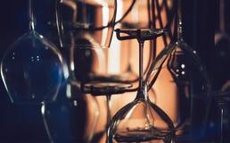 Verres de vin abstraits dans l'obscurité Photos stock