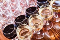 Verres de vin avec du vin Photos stock