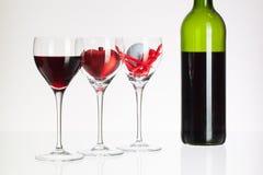 Verres de vin avec la boule de vin rouge, de coeur et de golf Photographie stock