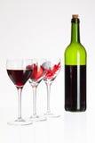 Verres de vin avec la boule de vin rouge, de coeur et de golf Photo libre de droits