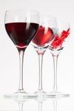 Verres de vin avec la boule de vin rouge, de coeur et de golf Image libre de droits
