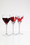 Verres de vin avec la boule de vin rouge, de coeur et de golf Photo stock