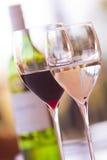 Verres de vin avec la bouteille de vin blanc Image libre de droits