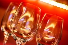 Verres de vin avec le fond rouge Photographie stock libre de droits