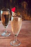 Verres de vin avec le vin mousseux blanc Photographie stock libre de droits