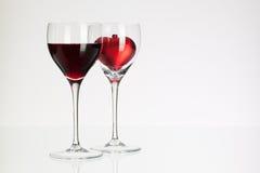 Verres de vin avec le vin rouge et le coeur Images libres de droits
