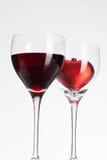Verres de vin avec le vin rouge et le coeur Image libre de droits