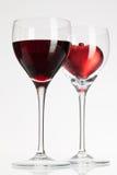 Verres de vin avec le vin rouge et le coeur Images stock