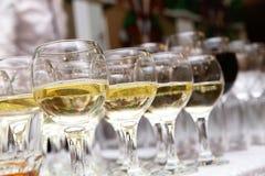 Verres de vin blanc au banquet Photographie stock libre de droits