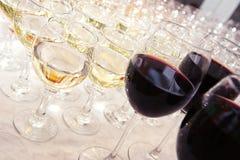 Verres de vin blanc au banquet Image libre de droits
