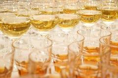 Verres de vin blanc au banquet Photographie stock