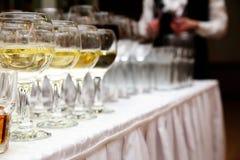Verres de vin blanc au banquet Photos libres de droits