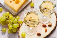 Verres de vin blanc, de raisins et d'écrous Photo libre de droits