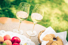 Verres de vin blanc sur la table Photo stock