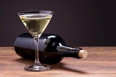 verres de vin blanc sur la table en bois Photos stock