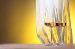 Verres de vin blanc sur un fond jaune Photos stock