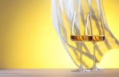 Verres de vin blanc sur un fond jaune Image libre de droits