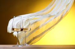 Verres de vin blanc sur un fond jaune Images libres de droits