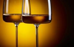 Verres de vin blanc sur un fond jaune Photo stock