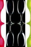 Verres de vin colorés sur le fond blanc noir Photos libres de droits
