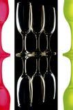 Verres de vin colorés sur le fond blanc noir Image libre de droits