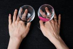 Verres de vin dans des mains Image libre de droits