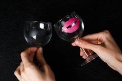 Verres de vin dans des mains Images libres de droits