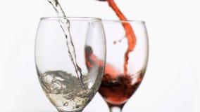 Verres de vin dans le mouvement lent superbe étant rempli banque de vidéos