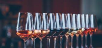 Verres de vin dans une rangée Célébration de table de buffet de l'échantillon de vin Concept de vie nocturne, de célébration et d images libres de droits