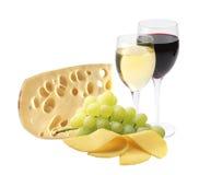 Verres de vin, de fromage et de raisins mûrs d'isolement sur le blanc Photos stock