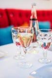 Verres de vin de gémissement et d'eau minérale Photographie stock
