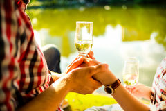 Verres de vin résonnants d'homme et de femme avec le champagne images libres de droits