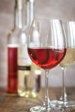 Verres de vin rosé et blanc Images stock