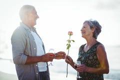 Verres de vin rosé et rouge de participation supérieure de couples Image libre de droits