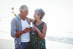 Verres de vin rosé et rouge de participation supérieure de couples Photo libre de droits