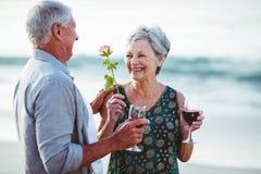 Verres de vin rosé et rouge de participation supérieure de couples Images stock