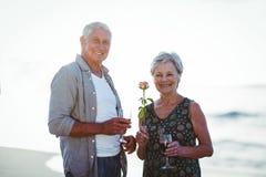 Verres de vin rosé et rouge de participation supérieure de couples Images libres de droits